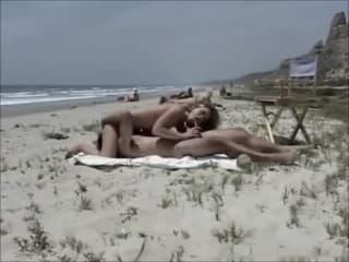 Delicieuse accro au minou serré pour une vieille femme en erection