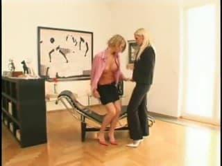 Une ado filles blonde baise une jeune salope