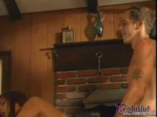 Une maigrichonne blonde se fait défoncer et doucher de sperme