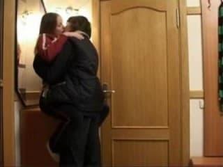 Une femme brune se fait prendre son amie