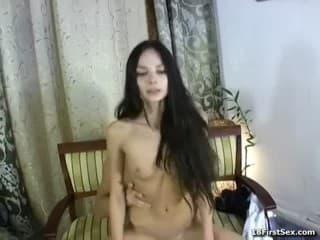 Une femme mûre perverse se fait bien défoncer la chatte