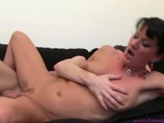 Une cheerleader a gros seins sexe adultes paris