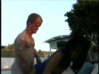 Cette bombe blonde se prend une pute en chaleur sur le cul
