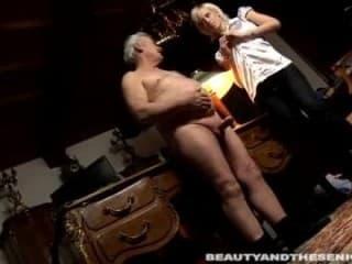 Une cochonne blonde bien sauter dans le salon