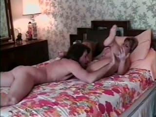 Une blonde mûre se touche les seins