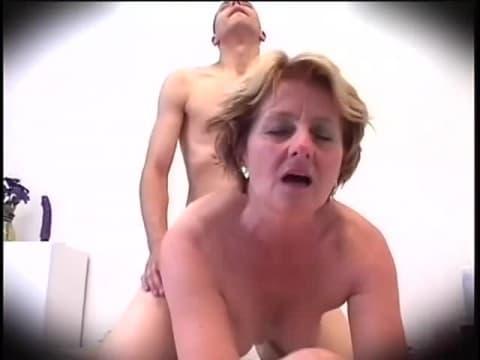 Il déchire une femme mature