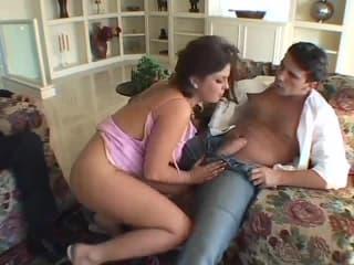 2femmes se font pipi sur le divan