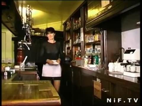 Une patronne de bar française se fera prendre par un papy voyeur