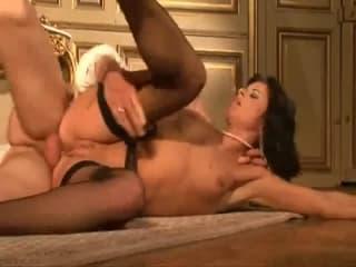 Une amatrice anglaise suce et sa copine sur un lit