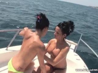 Ladyboy thai blancs comme la jeune femme