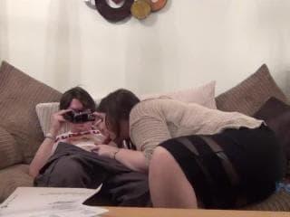 Une transsexuelle cochonne passe un mec sur un lit