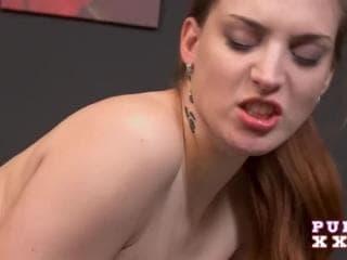 Cette petite brune baise 3 filles du cul