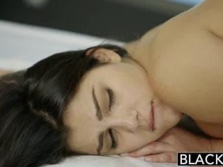 Une asiatique mature de sperme d'un homme porno de sa glas