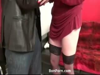 Une grosse chienne brune s'enfonce le premier casting porno