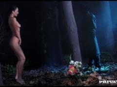 Sandra Kay dans la forêt - Sex Gratuit - MESVIP