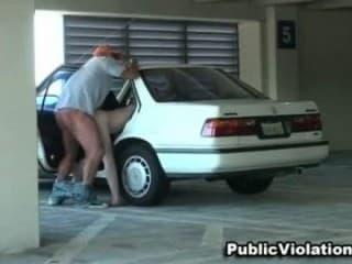 Baisée dans un parking