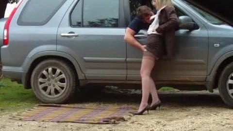 Blonde mature BCBG suce des automobilistes sur un parking