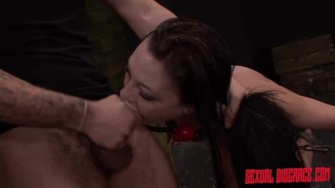 Nikki Bell jolie brunette pour du hard !
