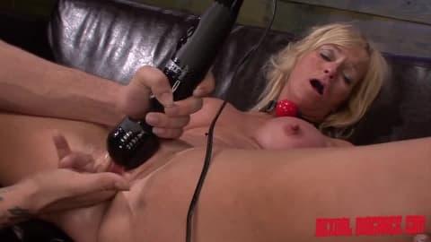 Dani Dare adore la soumission et ce gros pénis