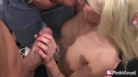 Desire Moore une belle blonde pour une baise de groupe