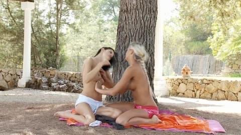 Mia et Dakota des gouines en extérieur