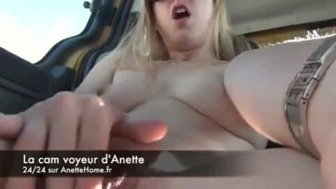 Cam voyeur avec Anette qui se masturbe dans sa voiture sur l'autoroute