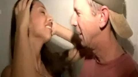 Belle latine se fait baiser par des jeunes pendant une soirée arosé