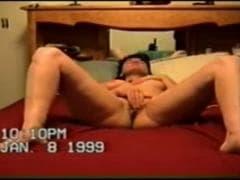 Elle écarte les jambes et se masturbe - Porno - MESVIP