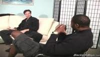 Vidéo de cul avec un keum qui se fait baiser par deux kebla gays