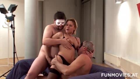 Une allemande mature dans un plan à trois avec deux amateurs