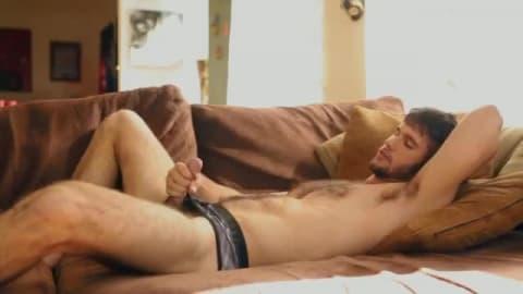 Homme gay poilu se masturbe et se doigte