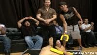Un groupe de mecs gays sucent une bite en vidéo