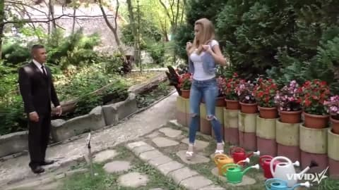 A lost chauffeur ends up in the garden of a Russian slut